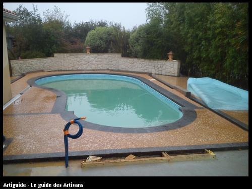 Réalisation d'une plage de piscine en béton décoratif